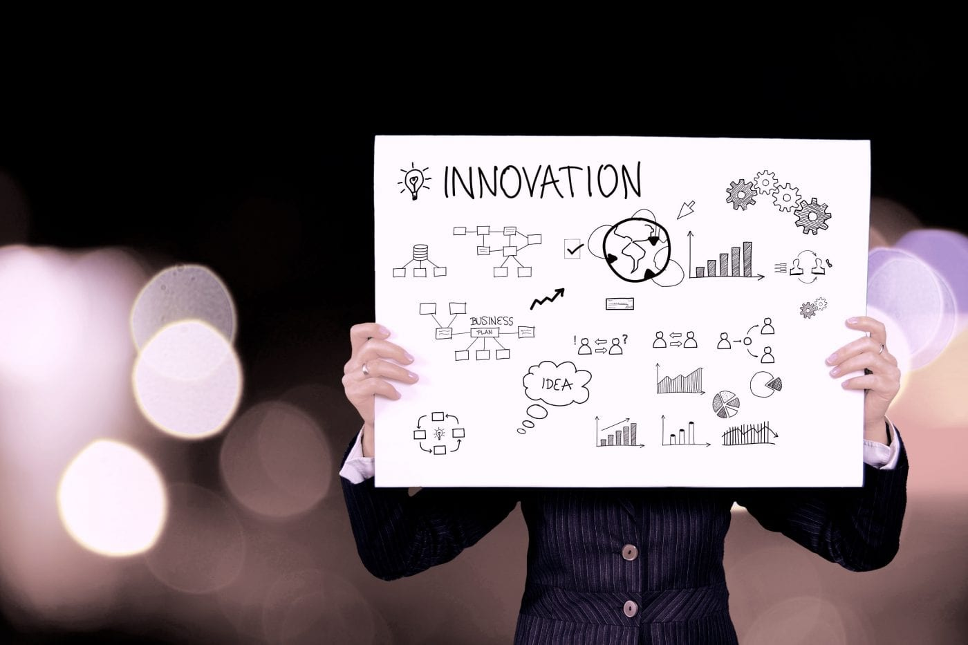 Diagrammes et mapping innovation sur un panneau porté par une personne